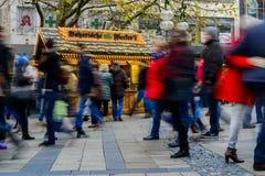 Folk som går i Neuhauser Strasse Munich Royaltyfria Foton