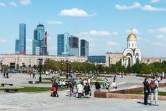 Folk som går i parkera av segern i Moskva Arkivfoto