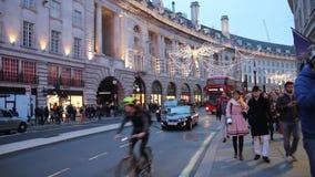 Folk som går i Piccadilly Circus och den härskande gatan under jultid, London, UK arkivfilmer