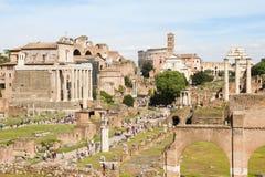 Folk som går i Roman Forum, Rome, Italien Royaltyfri Fotografi