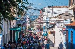 Folk som går i Santiago de Cuba Arkivbilder