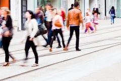 Folk som går i staden Royaltyfri Fotografi