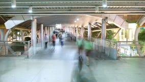 Folk som går i staden, upptagen trafik till gångtunnelen arkivfilmer