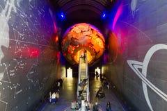Folk som går i vetenskapsmuseet, London, UK Arkivfoton