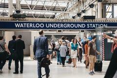 Folk som går inom den London Waterloo järnvägstationen, London, fotografering för bildbyråer