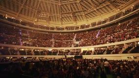 Folk som går inom en Coliseum för en show stock video