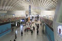 Folk som går inom Shenzhen Bao'an den internationella flygplatsen i Guandong, Kina Arkivbilder