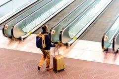 Folk som går med bagage i flygplats Arkivfoton
