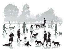 Folk som går med hundkapplöpning Fotografering för Bildbyråer