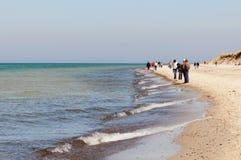 Folk som går in mot stranden av Darsser Ort in mot ligen Royaltyfria Bilder