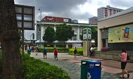 Folk som går nära Bugis MRT-station arkivfoto