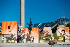 Folk som går nära byggande av det Belorussian museet av Arkivfoto