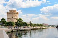 Folk som går nära det vita tornet, Thessaloniki, Grekland Arkivfoto