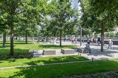 Folk som går nära Freedom Tower i Manhattan Arkivbilder