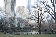 Folk som går nära sjön i Central Park, New York Royaltyfria Foton