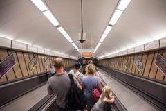 Folk som går ner en tunnelbanastation av Budapest på en rulltrappa Royaltyfria Foton