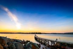 Folk som går ner fotbron på solnedgången, Victor Harbor, SA Royaltyfri Fotografi
