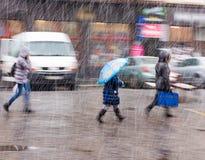 Folk som går ner gatan i en snöig vinterdag Royaltyfri Bild