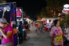 Folk som går och shoppar på nattmarknaden Fotografering för Bildbyråer
