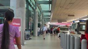 Folk som går på avvikelseterminalen i den Yangon flygplatsen, Myanmar arkivfilmer