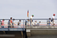 Folk som går på bron av Nijmegen Fotografering för Bildbyråer