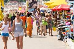 Folk som går på Costinesti havssemesterort Royaltyfri Fotografi
