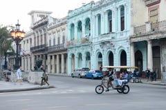 Folk som går på den berömda gatan av Paseo del Prado Arkivfoton