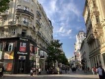 Folk som går på den Carinthian gatan Kaerntner Strasse, berömd shoppa gata i Wien, Österrike royaltyfri bild