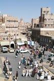 Folk som går på den huvudsakliga fyrkanten av gamla Sana Arkivbilder