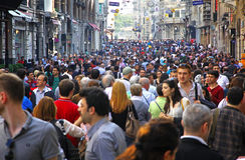 Folk som går på den Istiklal gatan i Istanbul Royaltyfri Bild