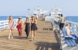 Folk som går på den Malibu pir Royaltyfri Foto
