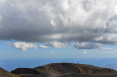 Folk som går på den monteringsEtna Vulcano Silvestri krater Arkivfoton
