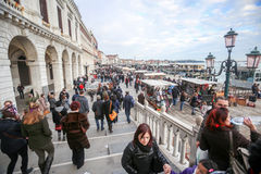 Folk som går på den Riva deglien Schiavoni Royaltyfri Fotografi