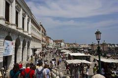 Folk som går på den Riva deglien Schiavoni, Venedig Arkivbilder