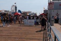 Folk som går på den Santa Monica pir Fotografering för Bildbyråer