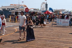 Folk som går på den Santa Monica pir Royaltyfria Bilder