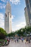 Folk som går på det Puxi området med morgondagfyrkanten i bakgrunden Morgondagfyrkanten är denmest högväxta byggnaden i Shanghai fotografering för bildbyråer