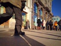 Folk som går på en gata Arkivbild