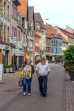 Folk som går på en gata i Colmar Arkivbild