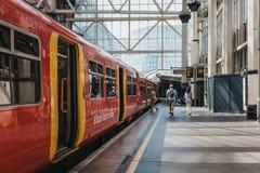 Folk som går på en plattform på den London Waterloo järnvägstationen fotografering för bildbyråer