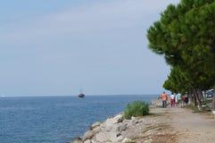 Folk som går på en promenad i Piran, Slovenien Royaltyfria Foton