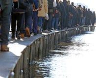 Folk som går på gångbanan Arkivbild