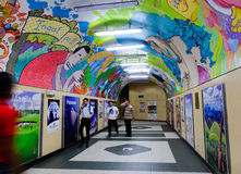 Folk som går på gångtunnelstationen i Manila, Filippinerna Arkivfoto