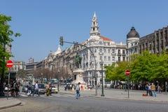 Folk som går på gamla stadgator av Porto royaltyfri foto