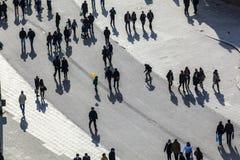 Folk som går på gatan Royaltyfri Fotografi