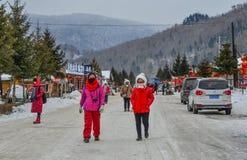 Folk som går på gatan av bergstaden royaltyfri foto
