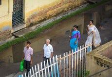 Folk som går på gatan i Bodhgaya, Indien Royaltyfri Bild