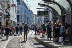 Folk som går på gatan i herre, Belgien arkivbild
