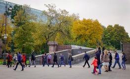 Folk som går på gatan i Moskva, Ryssland Arkivbilder