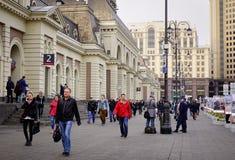 Folk som går på gatan i Moskva, Ryssland Royaltyfria Bilder